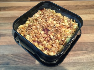 Apfelkuchen mit Walnüssen und Zimtsirup 'vor dem Backen'
