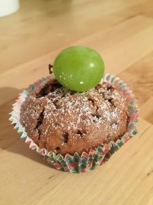 Schoko-Creme-Muffins mit frischen Trauben