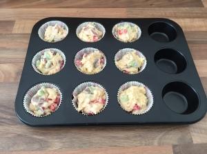 Rhabarber-Muffins mit frischen Erdbeeren -vor dem Backen-