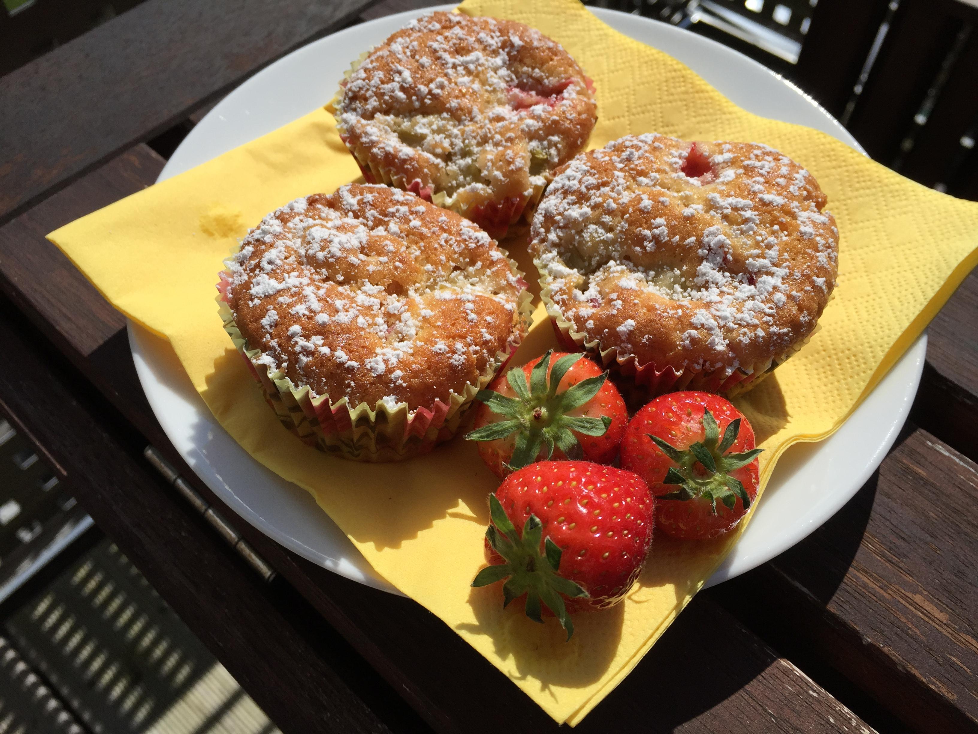 rhabarber muffins mit frischen erdbeeren und wei er schokolade das muffin m dchen. Black Bedroom Furniture Sets. Home Design Ideas