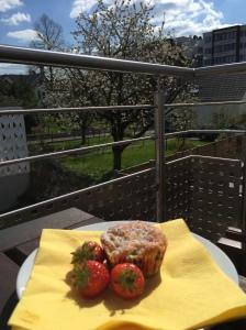 Rhabarber-Muffins mit frischen Erdbeeren und weißer Schokolade
