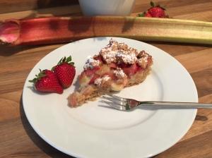 Rhabarber-Streusel mit Pudding und Erdbeeren