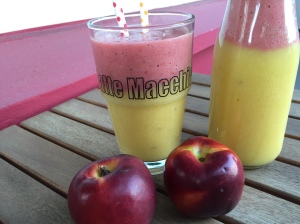 Mango-Nektarinen-Smoothie mit Farbklecks