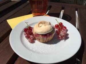Johannisbeer-Joghurt-Muffins mit Baiser-Haube
