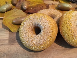 Kürbis-Donuts im Zimt-Zucker-Mantel