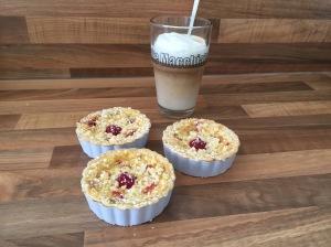 Mini-Rhabarber-Himbeer-Tartelettes mit Vanille-Creme
