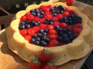 luftiger Biskuitboden mit frischen Früchten