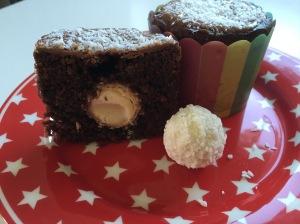 saftige Schoko-Muffins mit Kokos-Mandel-Kern