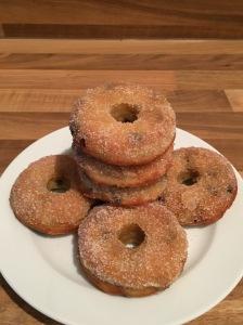 Bananen-Donuts mit Schoko und Zimt