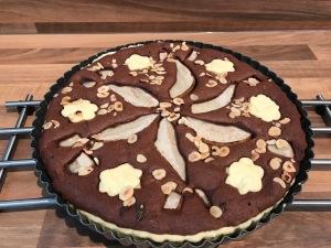 Schokoladige Tarte mit Birnen und Haselnüssen