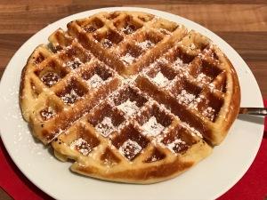 Honig-Buttermilch-Waffeln mit heißen Zimt-Kirschen