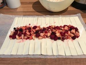 fruchtiger Apfel-Beeren-Blätterteig-Strudel