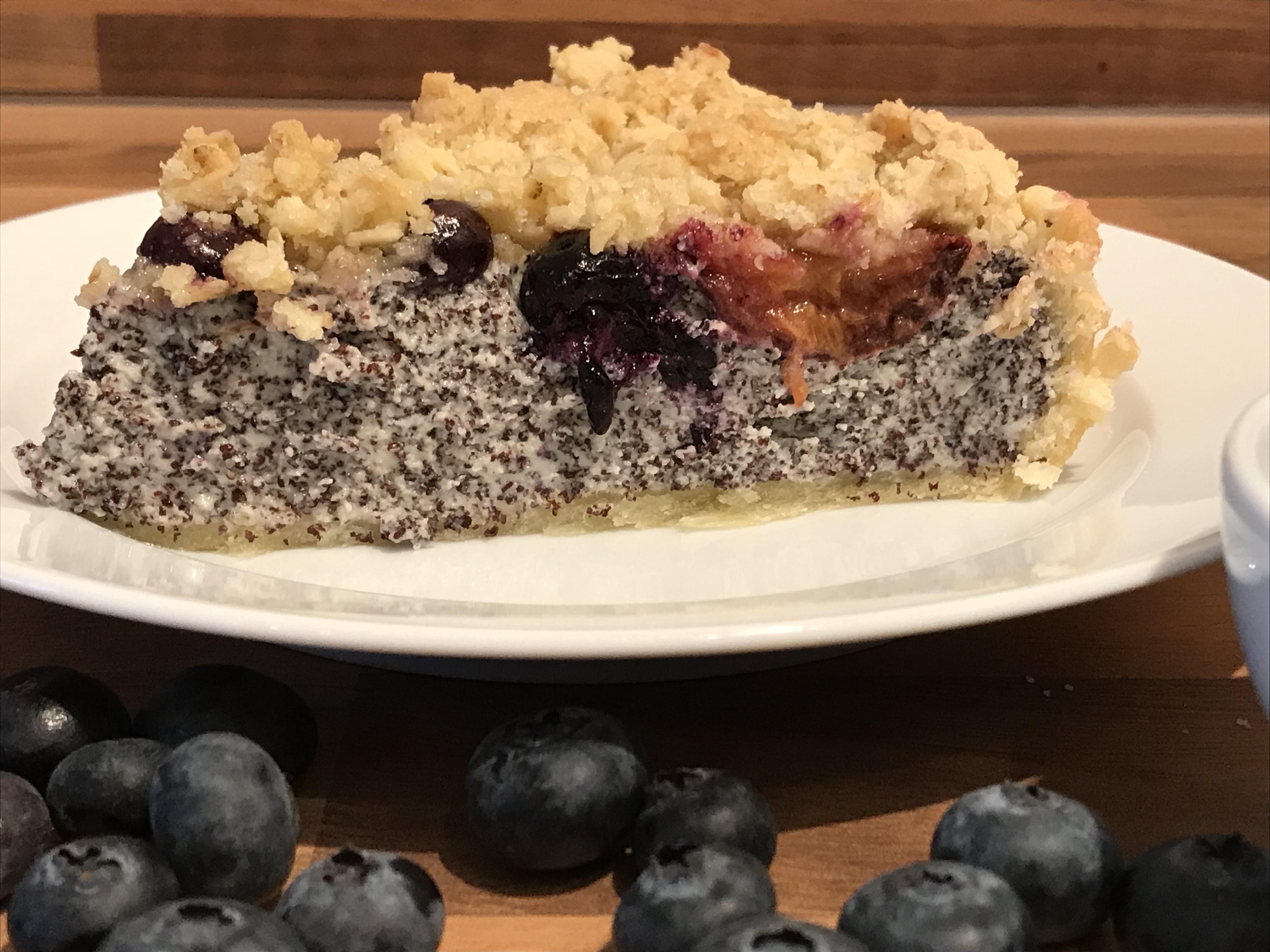 Mohn Quark Kuchen Mit Pflaumen Blaubeeren Und Knusperstreuseln